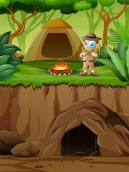 O menino explorador perto de sua tenda