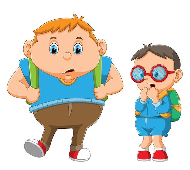 O menino gordo está caminhando ao lado do menino magro com os óculos coloridos