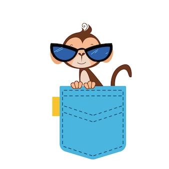 O menino macaco senta-se com roupas e óculos. um lindo animal africano espreita para fora da bolsa