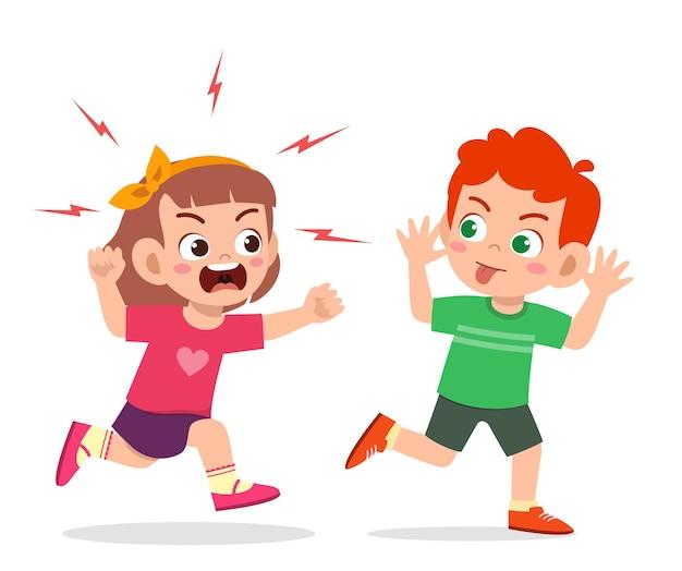 O menino malvado corre e mostra uma careta para o amigo zangado