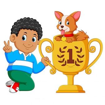 O menino que é o primeiro posto está segurando seu troféu com o cachorro nele