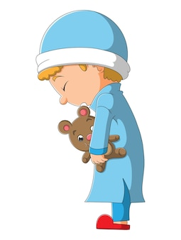 O menino sonolento está de pé segurando a boneca da ilustração
