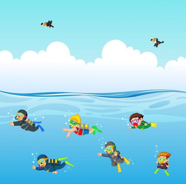 O mergulhador profissional está mergulhando sob o oceano azul