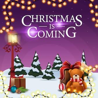 O natal está chegando, cartão postal quadrado roxo com paisagem de inverno dos desenhos animados