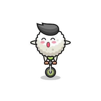 O personagem bonito da bola de arroz está andando de bicicleta de circo, design de estilo fofo para camiseta, adesivo, elemento de logotipo