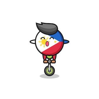 O personagem bonito do distintivo da bandeira das filipinas está andando de bicicleta de circo, design de estilo bonito para camiseta, adesivo, elemento de logotipo