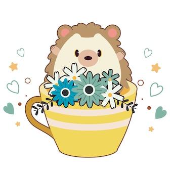 O personagem de ouriço fofo sentado na xícara de café com muitas flores