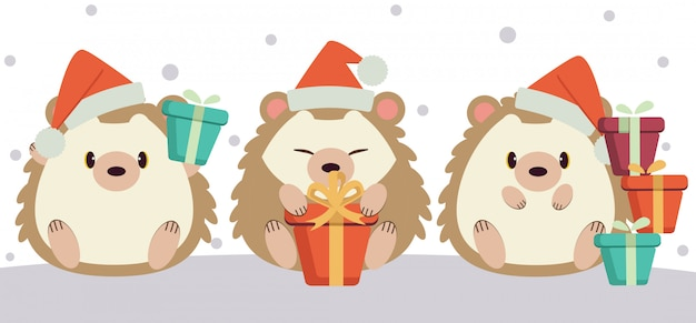 O personagem de ouriço fofo sentado no chão e segurando uma caixa de presente na temporada de inverno.