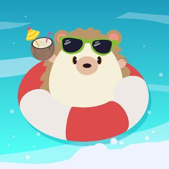 O personagem de ouriço fofo usa óculos de sol com o anel de borracha e suco de coco no mar azul.