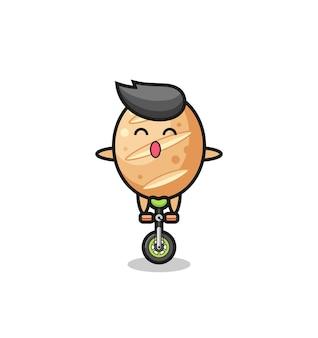 O personagem de pão francês fofo está andando de bicicleta de circo, design fofo