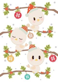 O personagem de pássaro bonito usa um chapéu de inverno em pé no galho com folhas de azevinho. o rendilhado de flocos de neve na bola de natal.