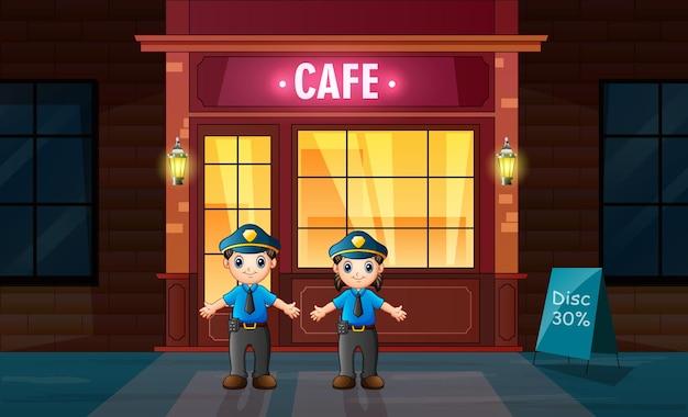 O policial parado em frente ao café