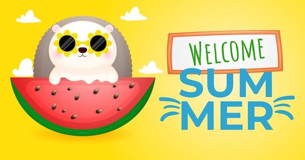 O porco-espinho fofo come uma grande melancia com uma faixa de saudação de verão