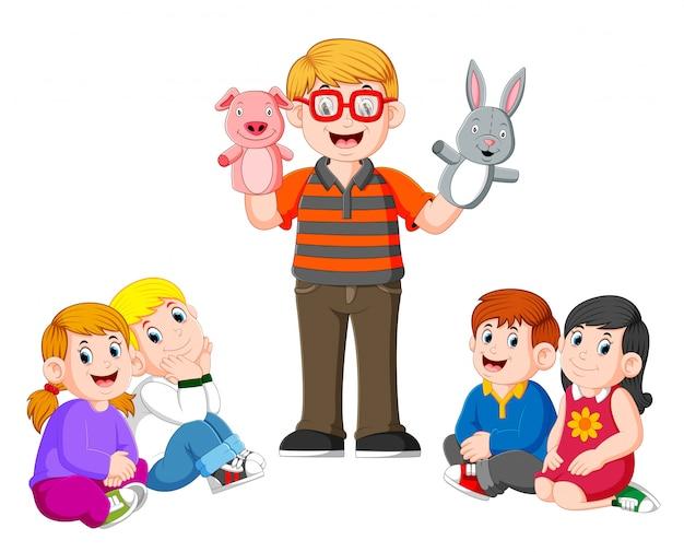 O professor está fazendo a história contando com a boneca nas mãos