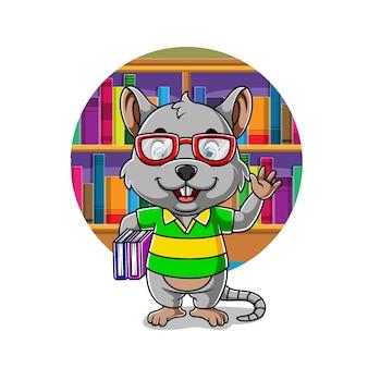 O rato inteligente de pé e segurando um monte de livro nas mãos