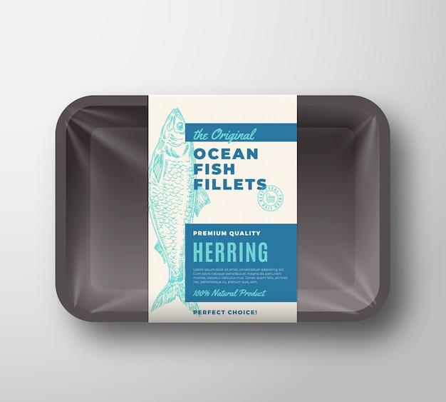 O rótulo original do design da embalagem do abstrato dos filetes de peixe na bandeja de plástico com tampa de celofane. tipografia moderna e layout de fundo de silhueta de arenque desenhado à mão.