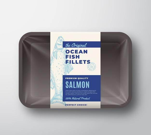 O rótulo original do design da embalagem do abstrato dos filetes de peixe na bandeja de plástico com tampa de celofane. tipografia moderna e layout de fundo de silhueta salmão desenhada à mão. isolado.