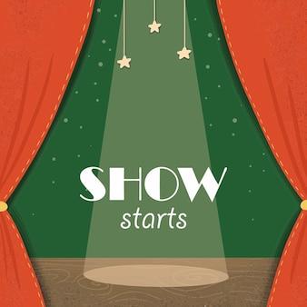 O show começa no palco teatral com cortinas vermelhas e holofotes
