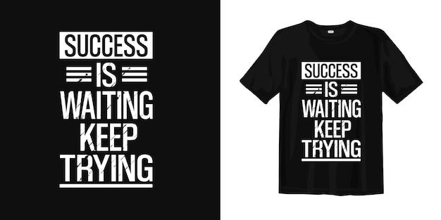 O sucesso está esperando, continue tentando. citações de design de camiseta sobre motivacional