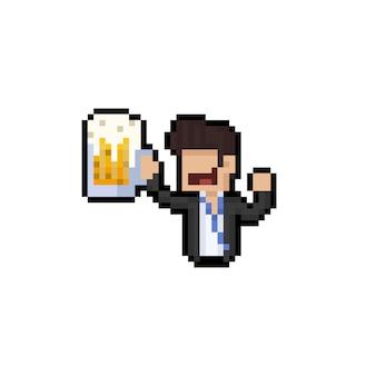 O trabalhador masculino do retrato dos desenhos animados da arte do pixel prende uma caneca de cerveja grande.