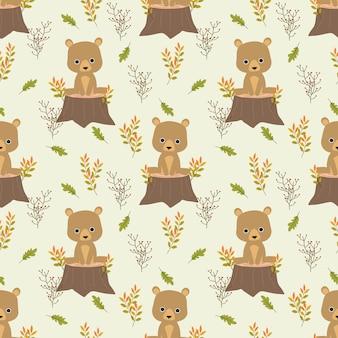 O urso bonito está sentando-se no coto no fundo das folhas de outono.