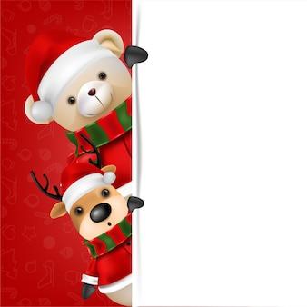 O urso de pelúcia fofo e a rena vestem o papai noel em fundo vermelho para ilustração de cartão de feliz natal e feliz ano novo