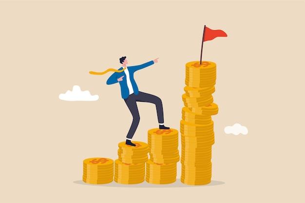 Objetivo financeiro, gestão de riqueza e plano de investimento para atingir a meta, conceito de crescimento de renda ou salário, empresário alegre escalando a pilha de moedas de dinheiro com o objetivo de alcançar a bandeira de destino no topo.