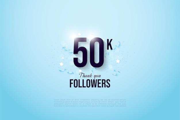 Obrigado a 50 mil seguidores com números brilhantes em um fundo azul-celeste claro.