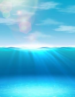 Oceano fundo subaquático de verão com luz do sol e raios