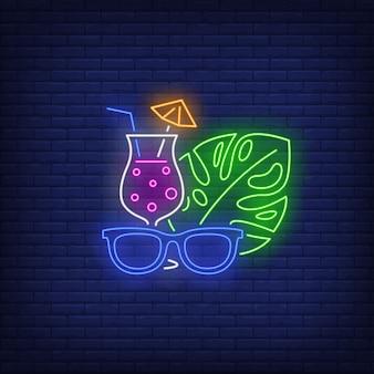 Óculos de sol, cocktail e sinal de néon de folha de planta tropical