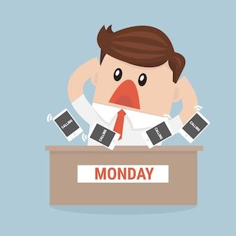 Ocupado empresário sentado à mesa no escritório e tem muito telefone