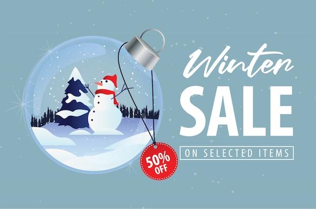 Oferta de desconto de venda de inverno com fundo de bola de cristal de boneco de neve de natal
