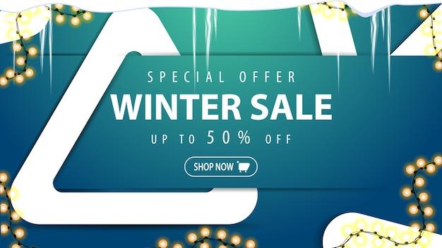 Oferta especial, liquidação de inverno, desconto de até 50, banner azul de desconto com botão, guirlandas, pingentes de gelo e três ângulos brancos decorativos