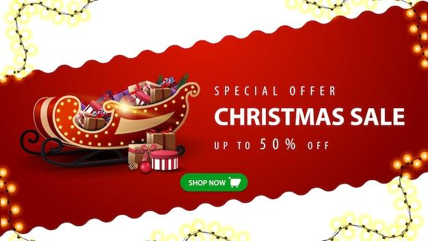 Oferta especial, liquidação de natal, até 50 off, banner de desconto vermelho e branco com linha diagonal ondulada, botão verde e trenó do papai noel com presentes