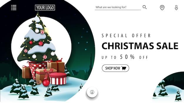 Oferta especial, liquidação de natal, lindo banner de desconto, site inimigo com paisagem de inverno e árvore de natal em um pote com presentes