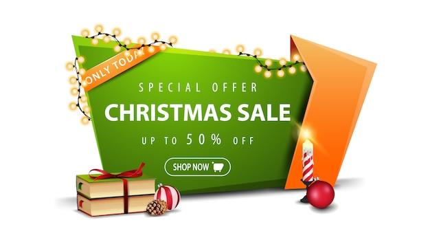 Oferta especial, venda de natal, até 50% de desconto, banner de desconto verde em estilo cartoon com guirlanda, livros de natal, velas, bola de natal e cone