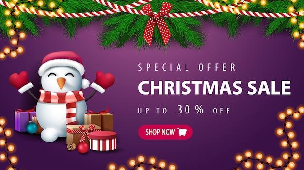 Oferta especial, venda de natal, descontos de até 30%, banner de desconto roxo com coroa de galhos de árvores de natal e boneco de neve com chapéu de papai noel com presentes perto da parede