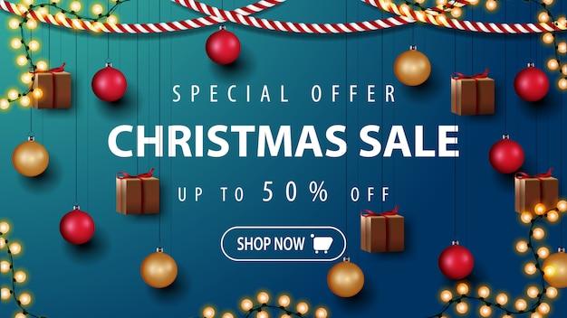 Oferta especial, venda de natal, descontos de até 50%, banner de desconto bonito com decoração de natal. modelo com parede com decoração de natal