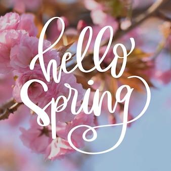 Olá caligrafia primavera com flores cor de rosa