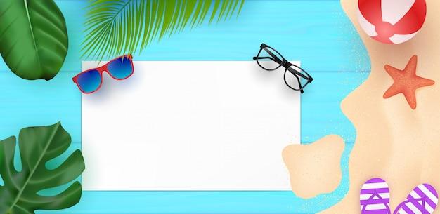 Olá horário de verão com mesa de madeira azul e praia de areia com estrela do mar