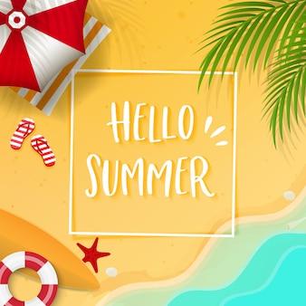 Olá texto de verão, folhas de coco e acessórios de praia no verão