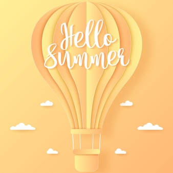 Olá, verão, balão de ar quente laranja e amarelo voando no céu brilhante e nas nuvens, estilo arte em papel