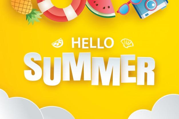 Olá verão com origami de decoração pendurado sobre fundo amarelo.