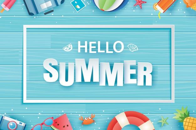 Olá verão com origami de decoração sobre fundo azul de madeira.