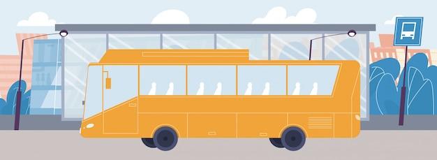 Ônibus da cidade vazio chegando na parada de transporte público