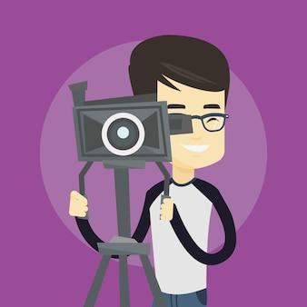 Operador de câmara com câmera de filme no tripé.