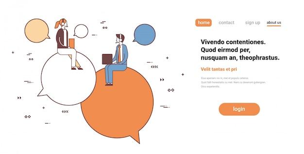 Operadores de empresários de casal usando o laptop sentado bate-papo bolha suporte serviço comunicação personagem de desenho animado feminino masculino