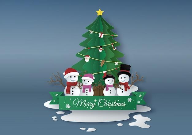 Origami feito de árvores de natal com boneco de neve e mulher-neve, design de arte em papel e estilo artesanal. conceito de feliz natal.
