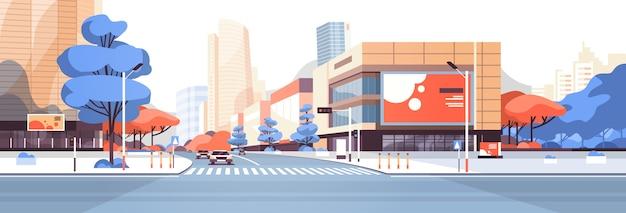 Os edifícios dos arranha-céus da rua da cidade veem a publicidade no centro da cidade moderna