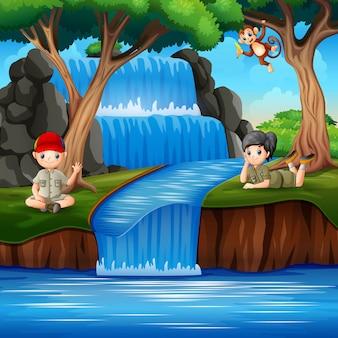 Os escoteiros desfrutando na cachoeira